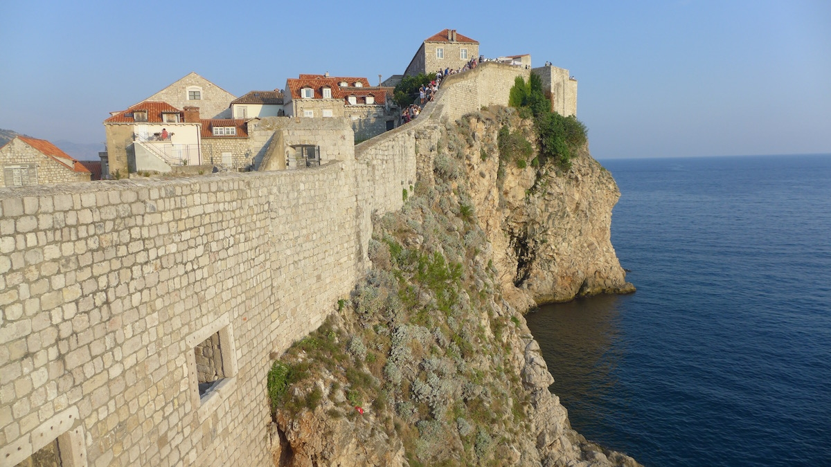 09-dubrovnik-city-walls-sea-side